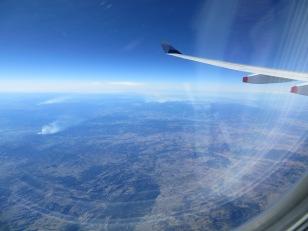 Uitzicht vanuit t vliegtuig.. Hier zie je een van de bosbranden in Australie..