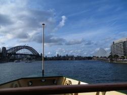 Uitzicht vanaf de ferry! Links de brug en rechts het oprah house!